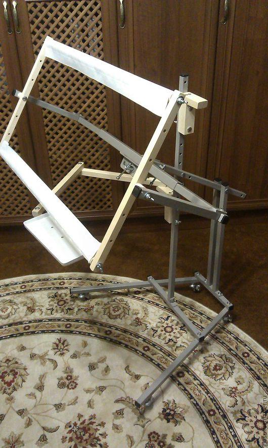 Стандартная комплектация станка: узел для поворота рамы под руку, колесные опоры, рама 70см, кронштейн для светильника, мобильная полка,  отвертка для барашков.