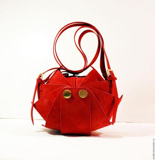 Сумка «Орешек» M ручной работы, сделано из натуральной замши. Цвет панцирного каркаса – красный, цвет срезов – красный, цвет декоративной строчки - красный. 1