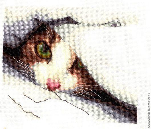 """Готовая вышивка по набору украинской фирмы """"Чаривна Мить"""" Милый котенок выглядывает из под одеяла,приглашая поиграть в прядки."""