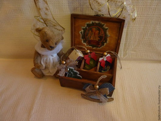 Короб с новогодними игрушками.  Рядом  присела мишка Оленька, приехавшая к нам от замечательного мастера Ольги Майоровой.