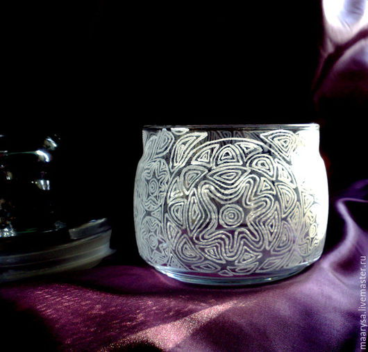 Украшенная узором выполненным с помощью ручной гравировки стеклянная баночка для хранения. Объем около 500мл