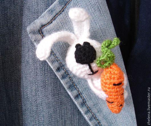 """Броши ручной работы. Ярмарка Мастеров - ручная работа. Купить Вязаная брошь """"Морковный Зай"""". Handmade. Белый, вязаный заяц"""