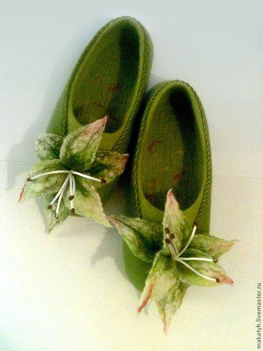 Обувь ручной работы. Ярмарка Мастеров - ручная работа. Купить Тапочки с лилиями. Handmade. Зеленый, обувь ручной работы