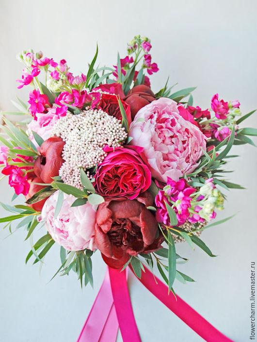 Малиново розовый букет невесты