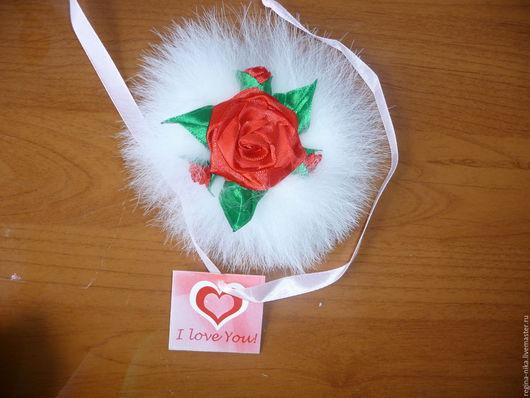 заколка`Роза на снегу`Натуральный мех песца и атласные ленты смотрятся очень роскошно.