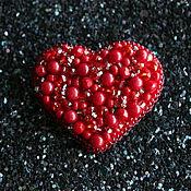 Украшения ручной работы. Ярмарка Мастеров - ручная работа Красная брошь сердце из бисера и коралла. Handmade.
