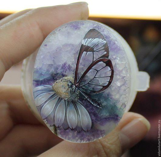 Роспись по камню ручной работы. Ярмарка Мастеров - ручная работа. Купить Ромашка и бабочка на флюорите. Handmade. Голубой, сереневый, бабочка