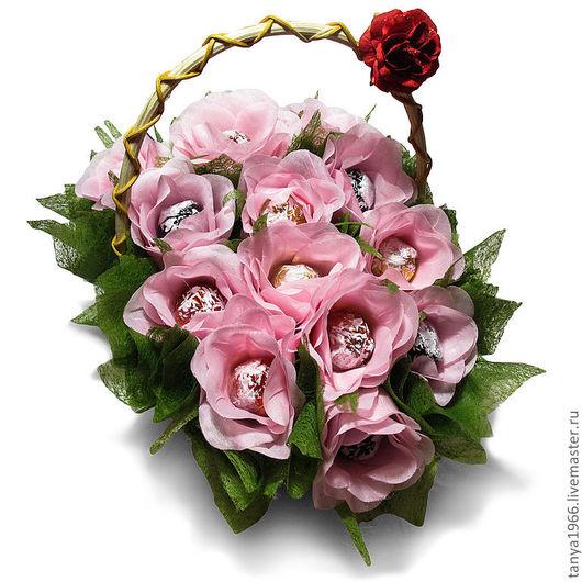 Эта корзина с розами станет прекрасным подарком по любому поводу.