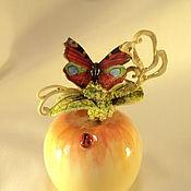"""Колокольчики ручной работы. Ярмарка Мастеров - ручная работа Колокольчик фарфоровый """"Яблоко и бабочка"""". Handmade."""
