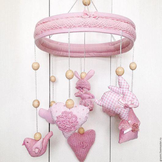 Мобиль для детской кроватки из ткани `Кружевные розовые сны`
