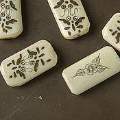 Бусины ручной работы. Ярмарка Мастеров - ручная работа Костяные плоские кремовые бусины с рисунком. Handmade.