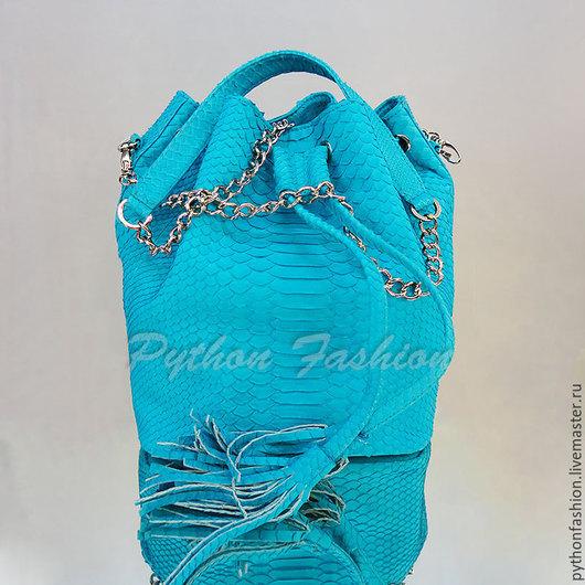 Сумочка из питона. Модная сумочка из питона на длинной цепочке через плечо. Сумка торба из питона. Питоновая сумка на лето. Летняя сумочка кроссбоди из питона. Летняя сумочка из питона на ремешке.