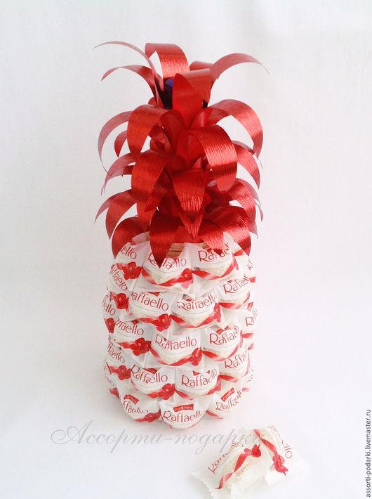 Персональные подарки ручной работы. Ярмарка Мастеров - ручная работа. Купить Ананас из конфет Рафаэлло декор бутылки. Handmade.