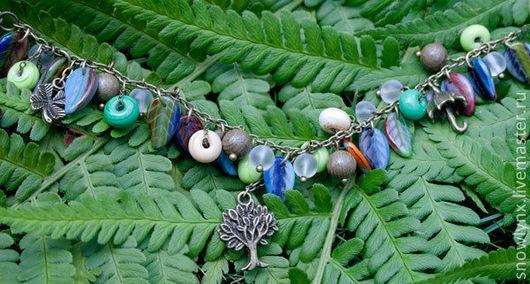 Подарок дриады. Легкий, яркий браслет на руку из стекла на цепочке с листочками и с подвесками. Разноцветный яркий браслет с листьями.