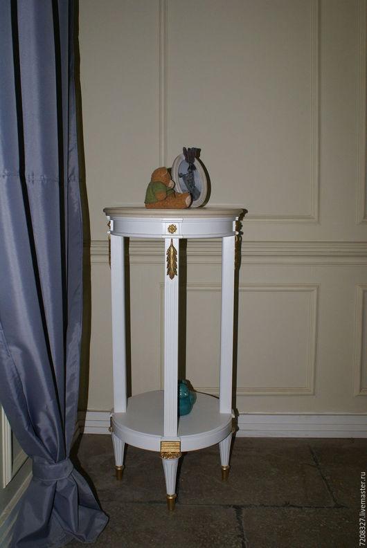 Высокая консоль на четырех ножках, выполнена из натурального дерева, материал столешницы - искусственный камень. Может применяться в качестве подставки для цветочных композиций или клетки для птиц