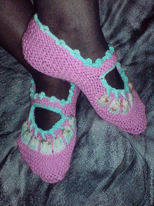 Вязаные тапки-носки  Плотная вязка спицами  дает хороший массажный эффект ножкам. Подарят тепло хозяйке . Шерстяная пряжа исключает синтетику.  Домашние тапочки замените на вязанные  тапочки