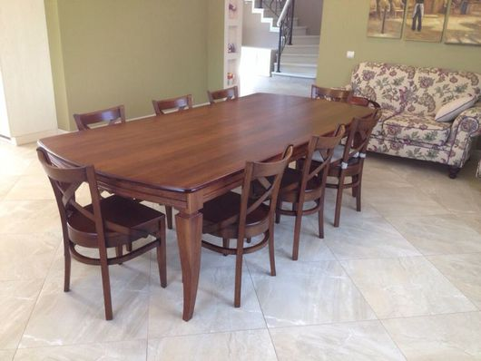 Просторный обеденный стол на 8 мест со столешницей облагороженной шпоном дуба. Изящные дубовые ножки изогнутые у основания придают ему элегантность и утонченность.