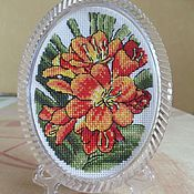 Картины ручной работы. Ярмарка Мастеров - ручная работа Вышивка крестом цветы в овальной раме на подставке миниатюра. Handmade.