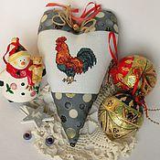 Подарки к праздникам ручной работы. Ярмарка Мастеров - ручная работа Сердечко новогоднее с вышивкой Петушок текстильное. Handmade.
