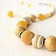 Колье из натуральных камней и дерева Жюли. Желтое позитивное колье на каждый день купить. Авторские украшения Уральские сказы.