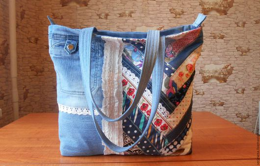 Джинсовая сумка с блоком пэчворка. Вместительна ,но выглядит очень нежно. Застёжка на молнию,внутри карманы. Сумку можно носить на плече