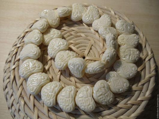 """Для украшений ручной работы. Ярмарка Мастеров - ручная работа. Купить Бусины """"Резные сердечки"""" из коралла. Handmade. Белый, сердечки"""