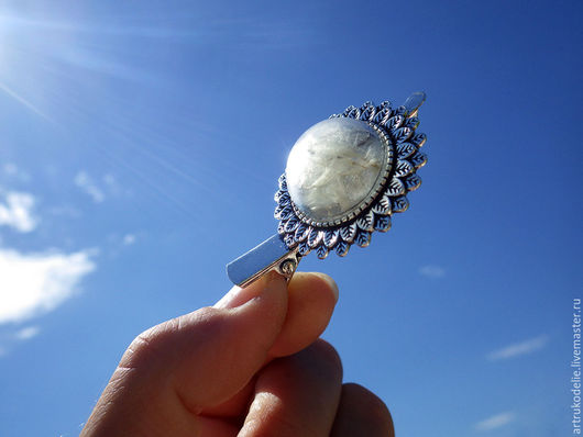 Украшение с одуванчиками. Заколка зажим Одуванчик. Полая стеклянная полусфера с семенами одуванчика. Диаметр полусферы с одуванчиками 2 см. Размер заколки 5х3 см. Купить заколку одуванчик