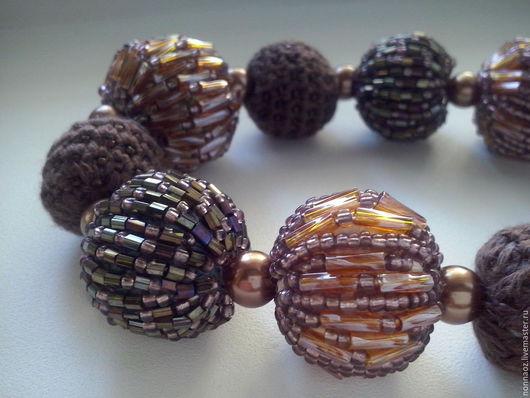 бусины связаны крючком и обшиты бисером и стеклярусом.