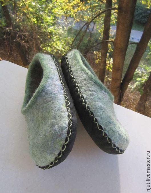 Домашние валяные тапочки для мальчика сделаны вручную из шерсти Bergschaf, шерсти Merino и шелкового лепса Mulberry. Подошва из натуральной кожи подшита вощеной нитью. Размер 30 (19 см)