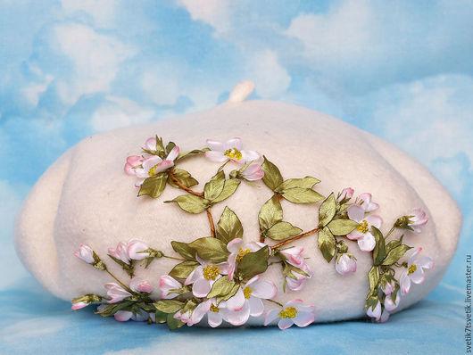 """Береты ручной работы. Ярмарка Мастеров - ручная работа. Купить Белый шерстяной берет с вышивкой """"Яблоневый цвет"""". Handmade. Белый"""
