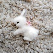 Украшения ручной работы. Ярмарка Мастеров - ручная работа валяная брошь Белый кролик. Handmade.