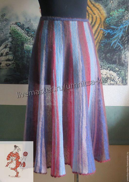 Фото. Вязаная юбка длинная полосатая с синими полосками.