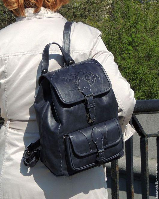 Практичная расцветка рюкзака напоминает практичную расцветку джинсовой ткани, а множество карманов и удобные наплечные ремни обеспечат Вам комфорт пользования этим аксессуаром.