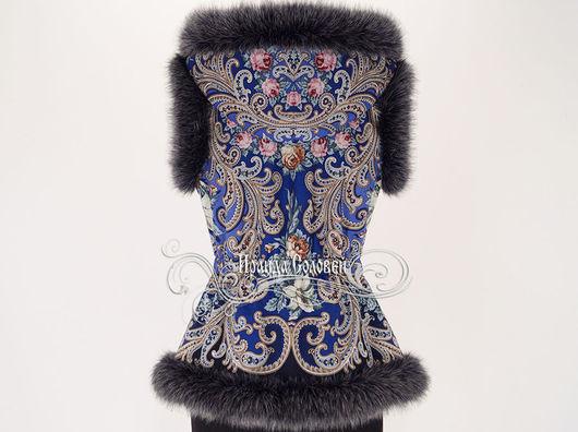 Авторский жилет с отстегивающимся капюшоном из павлопосадского платка Тайна сердца-20 (100% шерсть). Отделка по всем срезам - искусственный мех итальянского производства