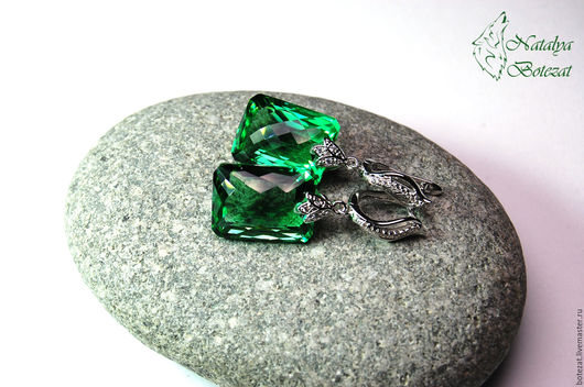 Яркие элегантные серьги с крупными камнями  зелеными аметистами на элитной родированой фурнитуре с фианитами. Прекрасный подарок женщине девушке коллеге купить