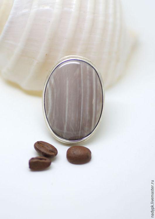 """Кольца ручной работы. Ярмарка Мастеров - ручная работа. Купить Кольцо с окаменелым деревом """"Полосатое какао"""", серебро. Handmade. Кремовый"""