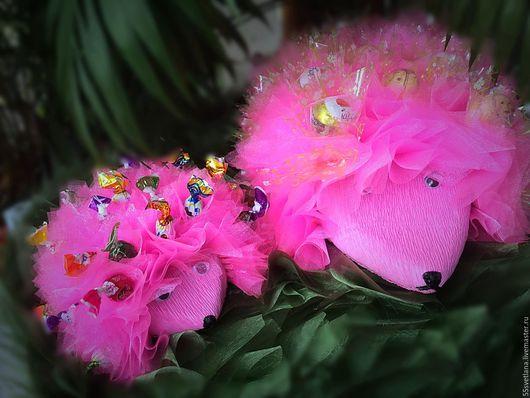 """Персональные подарки ручной работы. Ярмарка Мастеров - ручная работа. Купить Букет из конфет """" Ежики на полянке"""". Handmade. Розовый"""