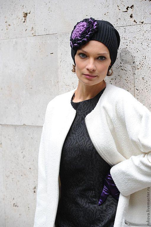 """Шапочка """"Сиреневый цветок"""" связана из полушерсти - машина+крючок. К этой шапочке есть в комплект сиреневый шарф. На заказ можно связать любого цвета.Фото Журнал Мод."""