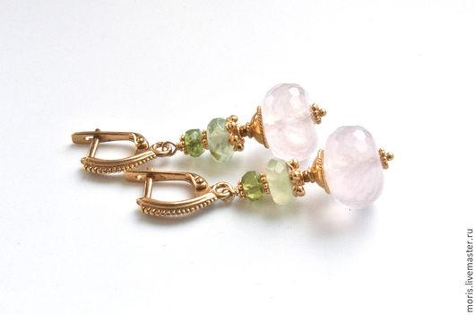 Нежные серьги из позолоченного серебра и крупных, ограненных бусин из натурального розового кварца, ронделей зеленого пренита и маленьких ярких перидотов.