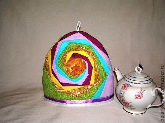Грелка для чайника сшита из ярких  тканей. Утеплитель внутри грелки долго не даст остыть Вашему чаю или целебному отвару из трав.  Дарите тепло себе и своим друзьям!  Приятных покупок!
