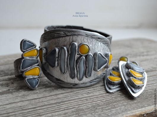 Крупный браслет из полимерной глины с серым и желтым стеклом. Браслет на натуральной коже, браслет с магнитной застежкой. Ширина браслета в самой широкой части 5 см. Застежка браслета не закреплена