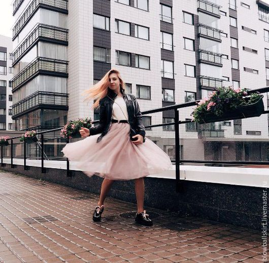 На этом фото - юбка-пачка оттенка Тауп, повышенной пышности, длина 70 см, талия на резинке, шлёвки, пояс-лента в тон и контрастный (черный).