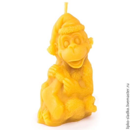 Свечи ручной работы. Ярмарка Мастеров - ручная работа. Купить Свеча Обезьяна с носком. Handmade. Оранжевый, год обезьяны, свеча, воск