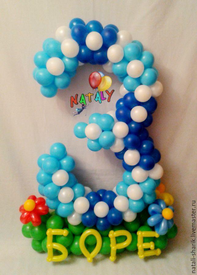 Цифра 3 (тройка) из воздушных шаров изготовлена без использования каркаса.