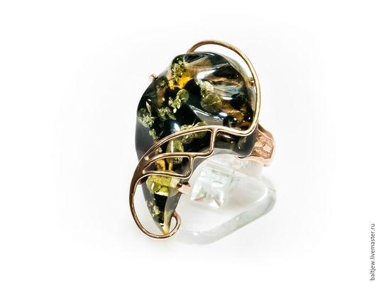 Серебряное кольцо с янтарем. Позолота, серебро 925 пробы. Ручная работа мастера-ювелира.  Балтийский янтарь зеленого цвета.  Безразмерное кольцо. От 17 до 19 размера.