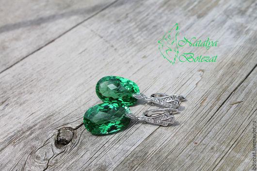 Серьги с крупными большими ювелирными камнями зелеными аметистами на родированной фурнитуре с фианитами английский замок. Подарок маме подруге женщине коллеге купить