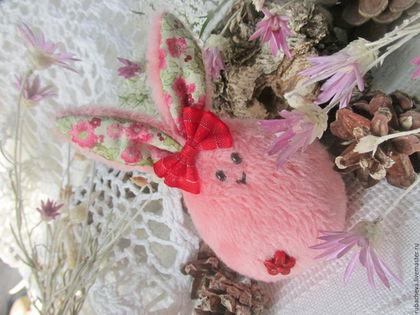 Чудесная текстильная игольница в форме зайчика, будет хорошеньким подарком для девочки или рукодельницы.