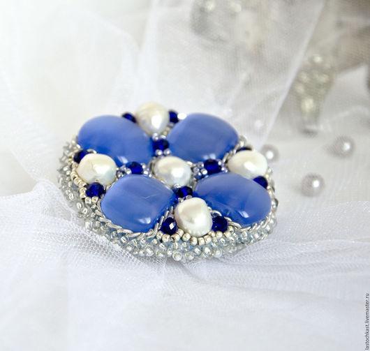 брошь с жемчугом, брошь с жемчугом и камнями, брошь из жемчуга, крупная брошь, круглая брошь, синяя брошь, жемчужная брошь, брошь ручной работы, купить брошь в подарок, подарок девушке