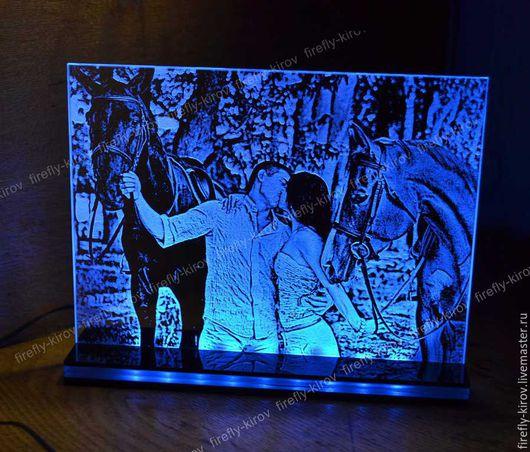 Гравировка влюбленной пары с синей подсветкой