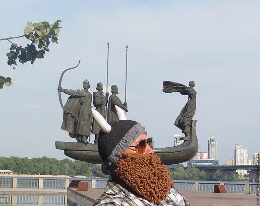 Фото. Вязаная шапка Шлем викинга с бородой и рогами.